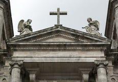 Cruz y dos ángeles de piedra Imágenes de archivo libres de regalías