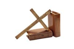 Cruz y dos biblias con las cubiertas de madera Fotografía de archivo libre de regalías