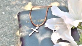 Cruz y fondo cristianos de la biblia Imágenes de archivo libres de regalías