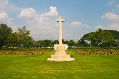 Cruz y lápidas mortuarias grandes en cementerio Imagen de archivo libre de regalías