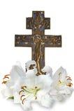 Cruz y lirio cristianos en el fondo blanco Fotografía de archivo libre de regalías