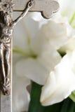 Cruz y lirios de pascua Imagen de archivo libre de regalías