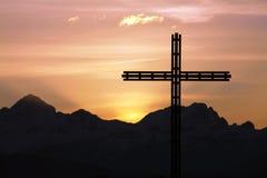 Cruz y montañas Imagen de archivo libre de regalías