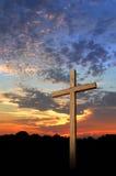 Cruz y puesta del sol de madera foto de archivo