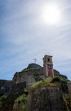 Cruz y reloj grandes dentro de la fortaleza vieja, isla de Corfú, Grecia Imagen de archivo libre de regalías