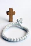 Cruz y rosario de madera Fotografía de archivo