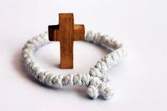 Cruz y rosario de madera Fotografía de archivo libre de regalías