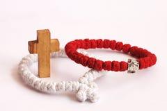 Cruz y rosarys de madera Foto de archivo libre de regalías