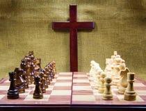 Cruz y tablero de ajedrez de madera Imágenes de archivo libres de regalías