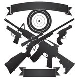 Cruzado cazando el rifle y el rifle semiautomático con las pistolas y la blanco Fotos de archivo