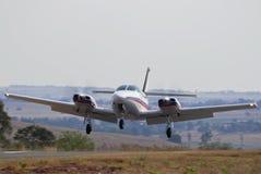 Cruzado de Cessna 303 que aterra 02 Foto de Stock