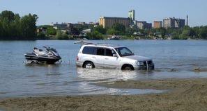 Cruzador da terra de Toyota no rio Imagens de Stock