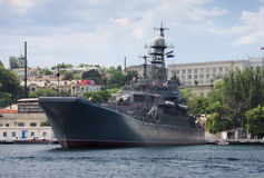 Cruzador de batalha em Sevastopol fotografia de stock