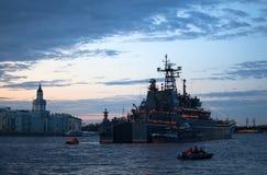 Cruzador de batalha no rio de Neva Fotografia de Stock