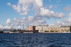 05 09 Cruzador 2016 de St Petersburg Rússia A perto dos bancos de Neva River imagens de stock