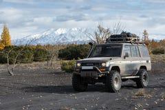 Cruzador fora de estrada japonês Prado da terra de Toyota do automóvel na cinza vulcânica Fotografia de Stock Royalty Free