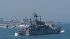 Cruzador Novocherkassk do russo na baía de Sevastopol vídeos de arquivo