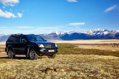 Cruzador preto da terra em montanhas de Altai na área de Kurai com norte Fotos de Stock