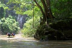 Cruzamento através da floresta Fotografia de Stock Royalty Free