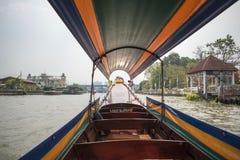 Cruzamento avante em um barco do longtail em Banguecoque Fotografia de Stock Royalty Free