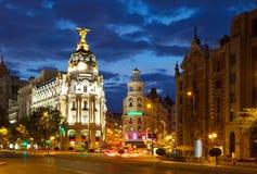Cruzamento Calle de Alcala e Gran através na noite madrid Imagem de Stock