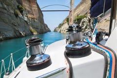 Cruzamento com um catamarã ou navigação da calha do iate o canal de Imagens de Stock Royalty Free