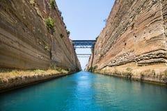 Cruzamento com uma calha do barco ou do iate de vela o canal de Corinth Fotografia de Stock Royalty Free