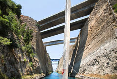 Cruzamento com uma calha do barco ou do iate de vela o canal de Corinth Imagem de Stock Royalty Free