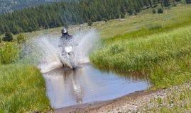 Cruzamento da água da bicicleta da sujeira Imagem de Stock