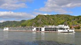 cruzamento da embarcação de 190-passenger Viking Tor descansadamente ao longo de Rhine River Fotografia de Stock