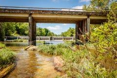 Cruzamento da ponte na cachoeira Imagens de Stock