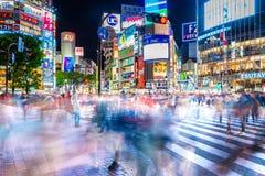 Cruzamento da precipitação de Shibuya na noite Fotografia de Stock Royalty Free