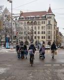 Cruzamento da rua movimentada em Alemanha foto de stock royalty free