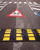 Cruzamento das crianças do Slow Down do controlo de tráfico Fotografia de Stock Royalty Free