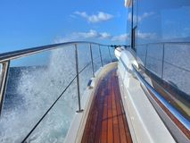 Cruzamento de alta velocidade sobre o Mar Negro, em um iate, ao longo da costa da Crimeia foto de stock royalty free