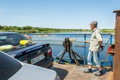 Cruzamento de balsa A balsa move-se pela força muscular do homem O ferryman move este objeto de flutuação fotografia de stock