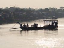 Cruzamento de balsa no Mekong River, Vietname imagens de stock royalty free