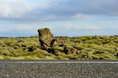 Cruzamento de estrada um campo de lava overgrown com musgos Imagens de Stock Royalty Free