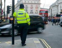 Cruzamento de Leaning On Pelican do agente da polícia de Londres fotografia de stock