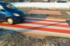 Cruzamento de pedestre de aproximação do carro Imagem de Stock Royalty Free