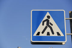 Cruzamento de pedestre do sinal de estrada. Imagem de Stock