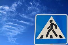 Cruzamento de pedestre do sinal de estrada. Imagens de Stock