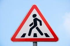 Cruzamento de pedestre do sinal de estrada de encontro ao céu azul Fotografia de Stock