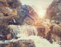 Cruzamento de rio perigoso imagens de stock