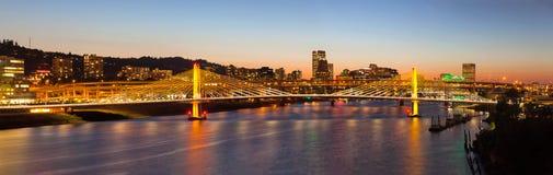 Cruzamento de Tilikum com panorama da skyline de Portland Foto de Stock Royalty Free