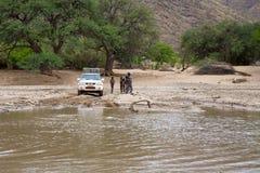 Cruzamento de um rio por 4x4 Fotografia de Stock Royalty Free