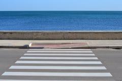 Cruzamento de zebra ao mar Fotografia de Stock
