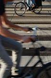 Cruzamento de zebra com biking dos povos Fotos de Stock Royalty Free