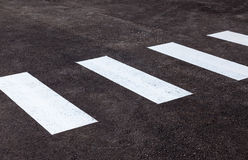 Cruzamento de zebra com linhas brancas no asfalto Foto de Stock
