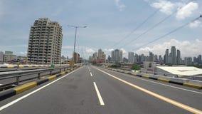 Cruzamento disparado veículo ao longo da estrada elevado do céu filme